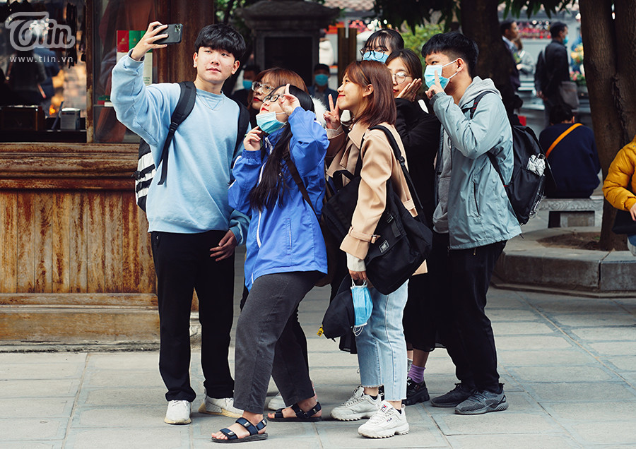 Không chỉ các đôi nam thanh nữ tú mà cả hội bạn thân cùng 'ế' cũng rủ nhau đến chùa Hà cầu duyên.